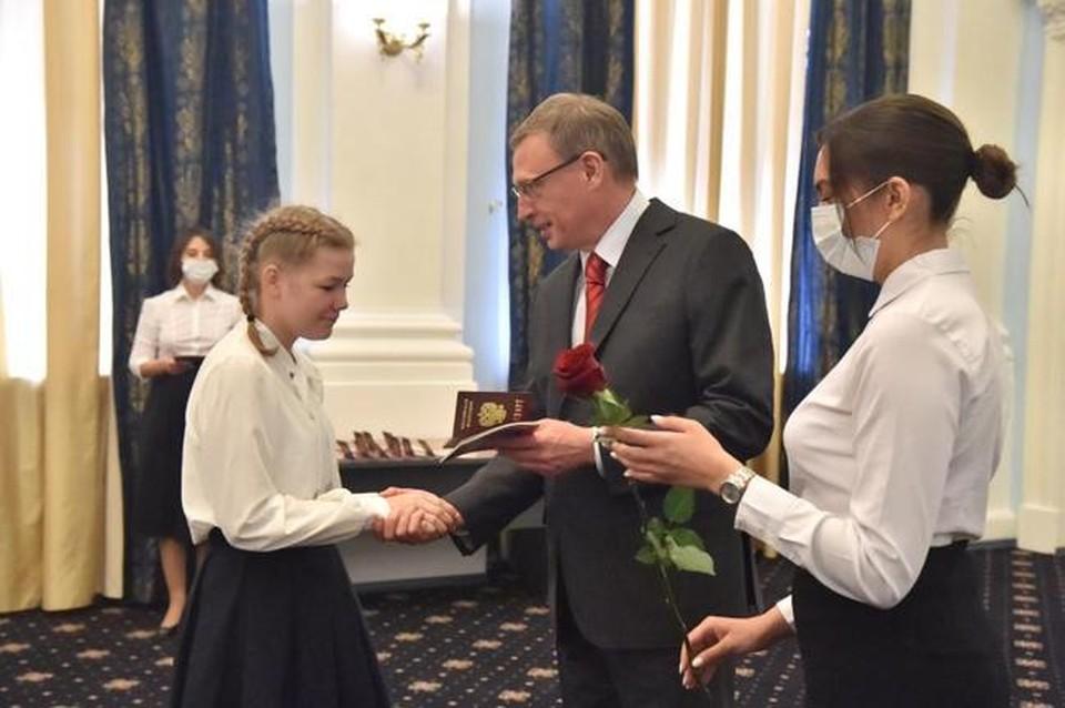 Перед днем России губернатор торжественно вручил паспорта 14-летним омичам