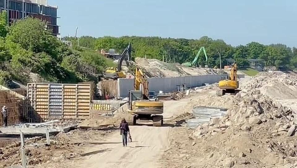 Работа на пляже в Зеленоградске продолжается.