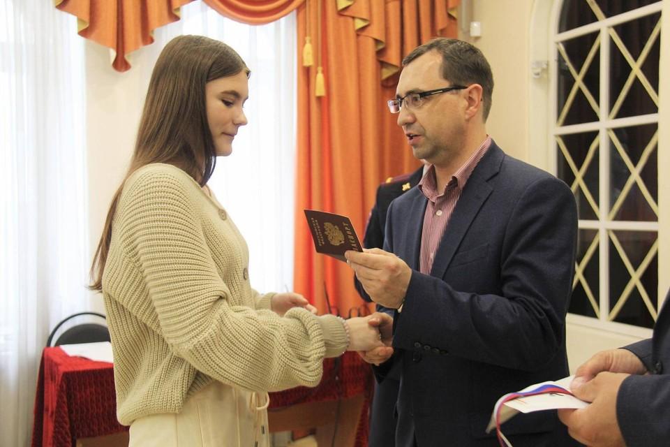 Пятнадцати юным орловцам торжественно вручили паспорта. Фото: пресс-служба администрации Орла