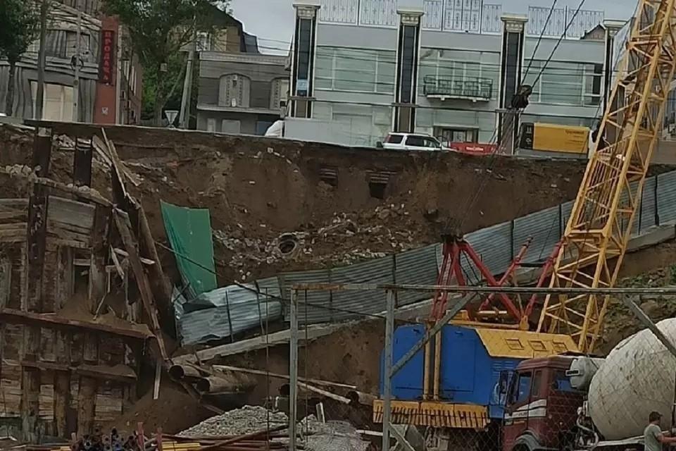 """В мэрии прокомментировали обрушение стены на улице Большевистской. Фото: """"Инцидент Новосибирск"""""""