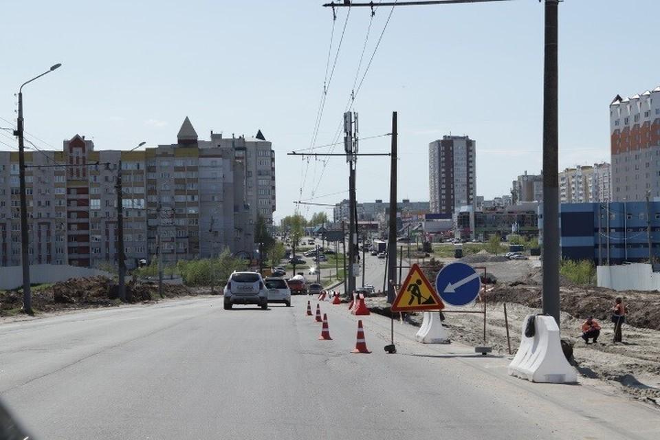 В Брянске на улице Объездной уложили выравнивающий слой асфальта на одной стороне дороги, которую расширили до шести полос.