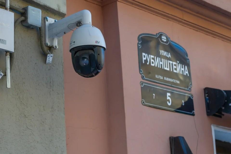 В Петербурге убрали нелегальные летние кафе с улицы Рубинштейна.