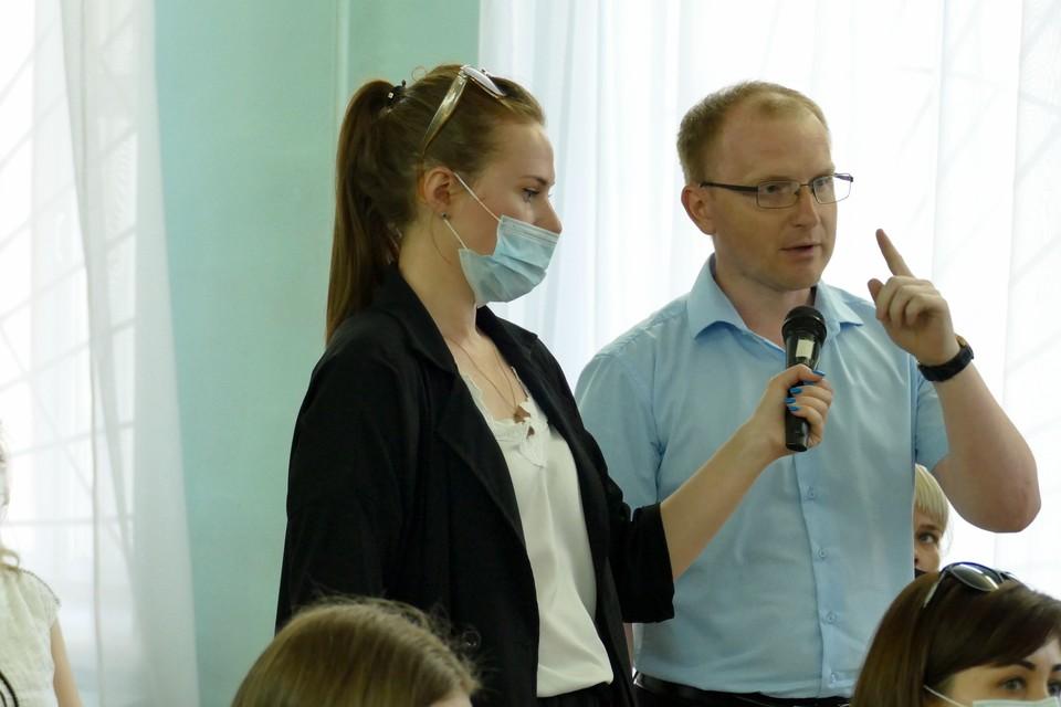 Собрание прошло конструктивно стараниями Марии Бобковой (с микрофоном).