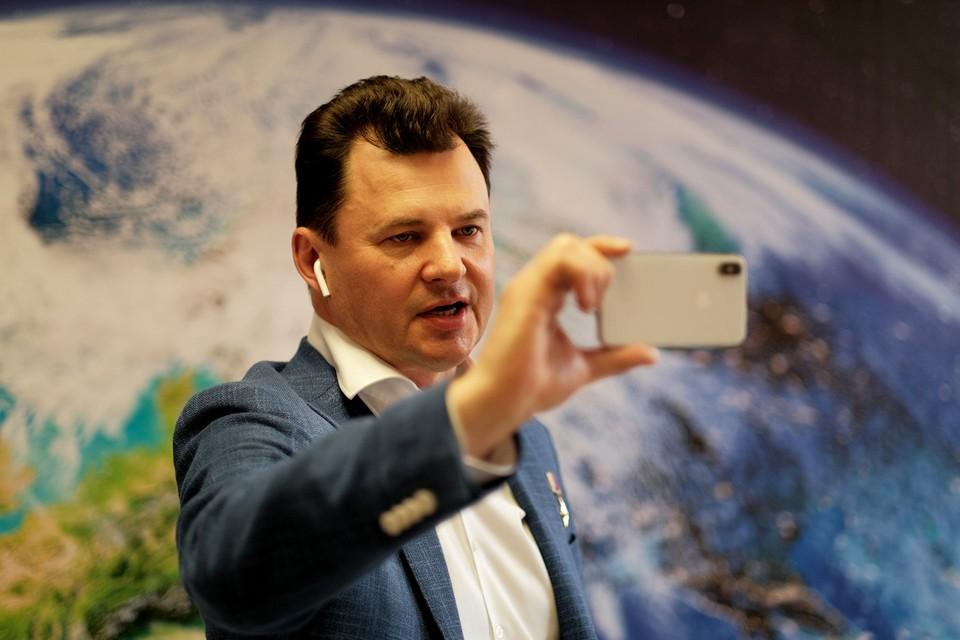 Летчик-космонавт, Герой России Роман Романенко поздравил китайских коллег с успешной миссией на околоземной орбите. Фото: Иван СТЕПАНОВ.