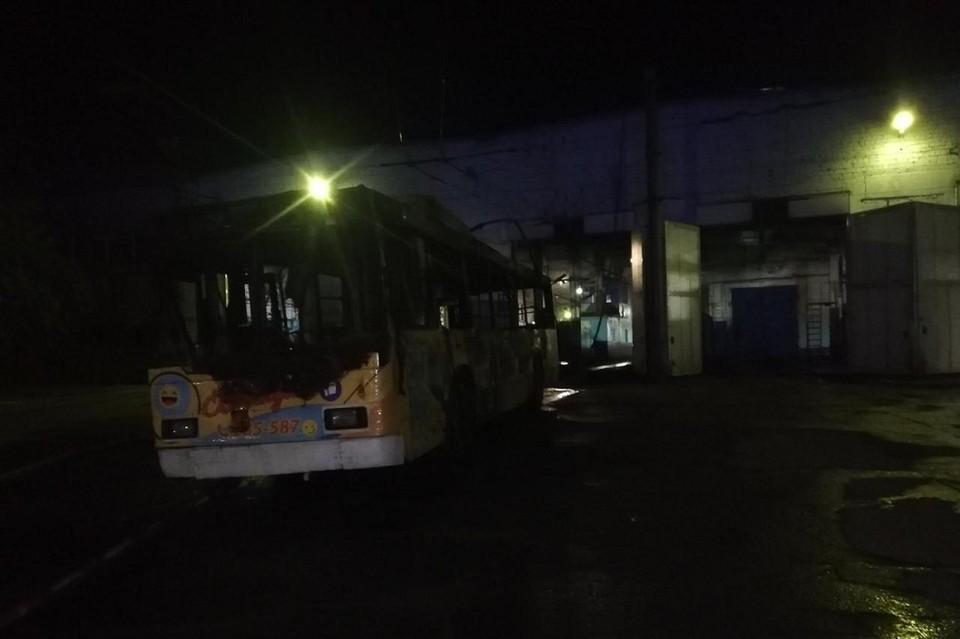 Загорелся один троллейбус, огонь мог перекинуться на гараж