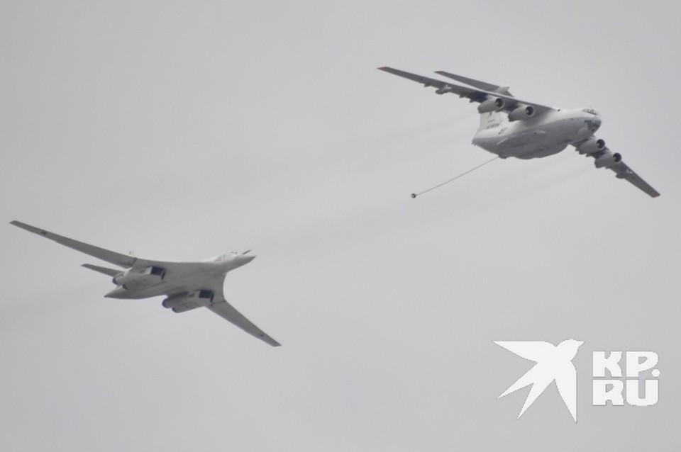 В ходе учений задействованы как бомбардировщики, так и самолеты-заправщики.