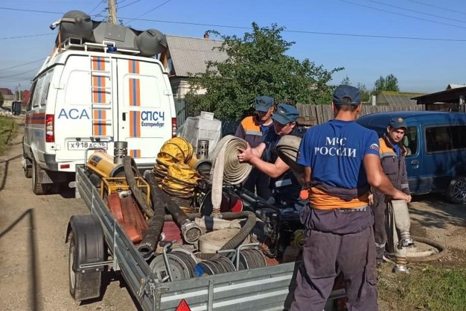 Спасатели продолжают аварийно-восстановительные работы в зоне ЧС. Фото: ГУ МЧС по Свердловской области
