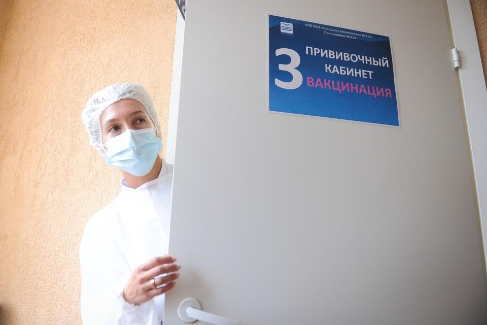 В Санкт-Петербурге держится огромный ажиотаж вокруг вакцинации от коронавируса.