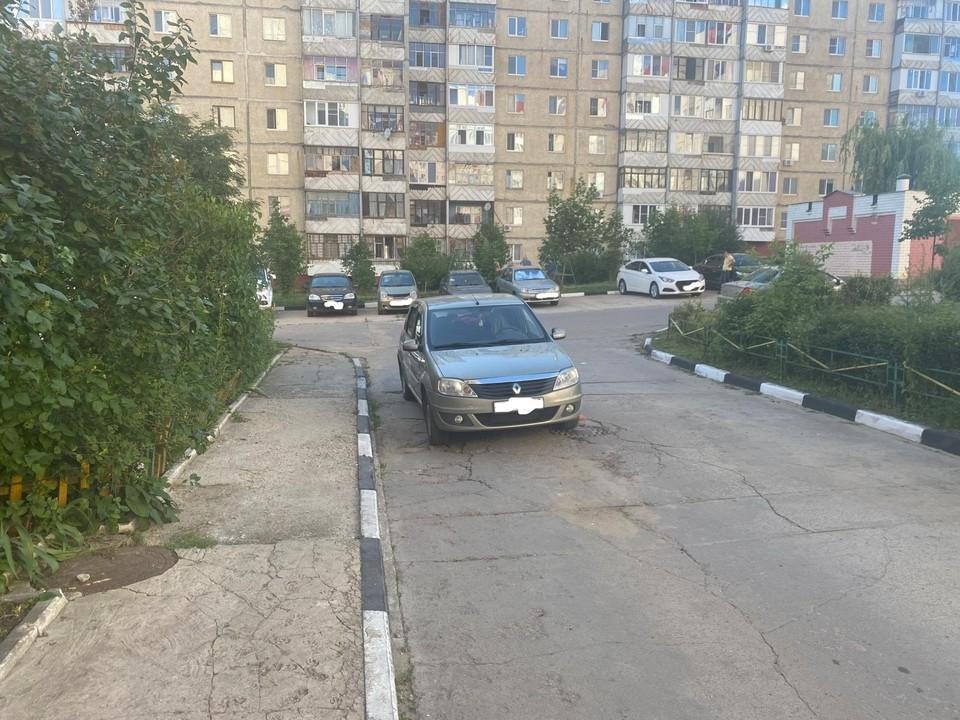 Во дворе дома на Металлургов в Орле иномарка сдавала назад и сбила пенсионера. Фото Госавтоинспекции Орловской области.