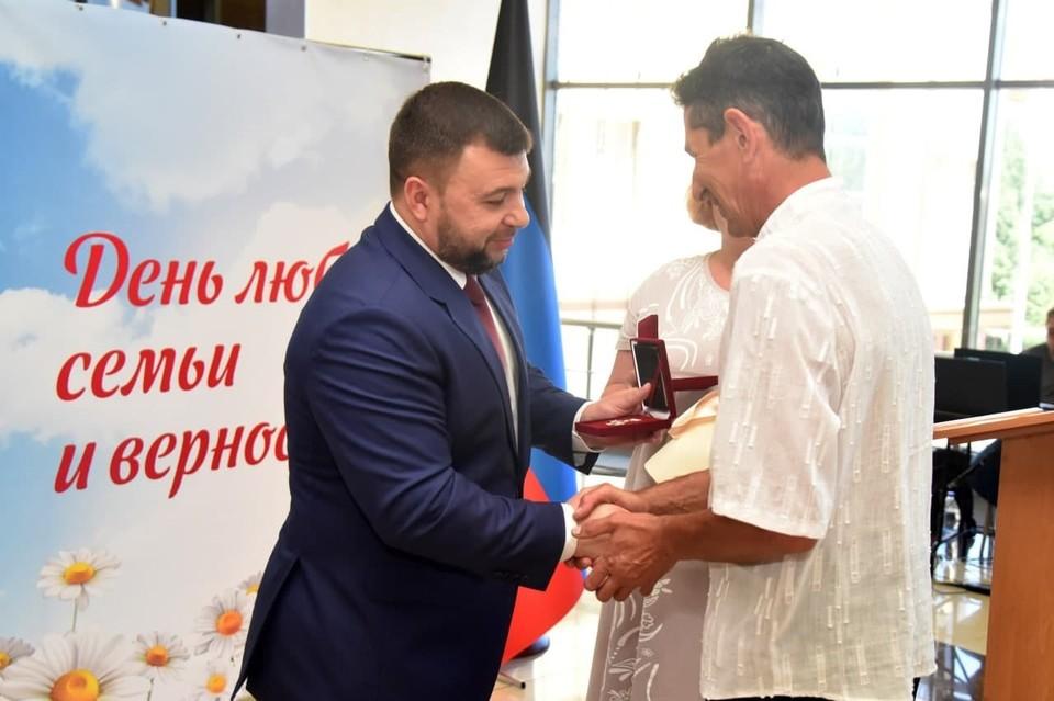 Денис Пушилин наградил многодетные семьи Республики. Фото: denis-pushilin.ru