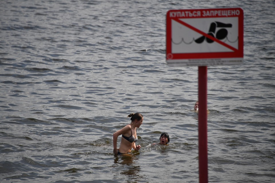 Последние 20 лет купаться в Иртыше запрещено – в черте города слишком грязная вода.
