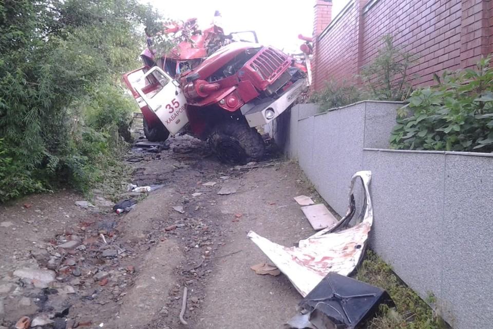 Автоцистерна мчалась на вызов, но на высокой скорости влетела в кирпичный забор