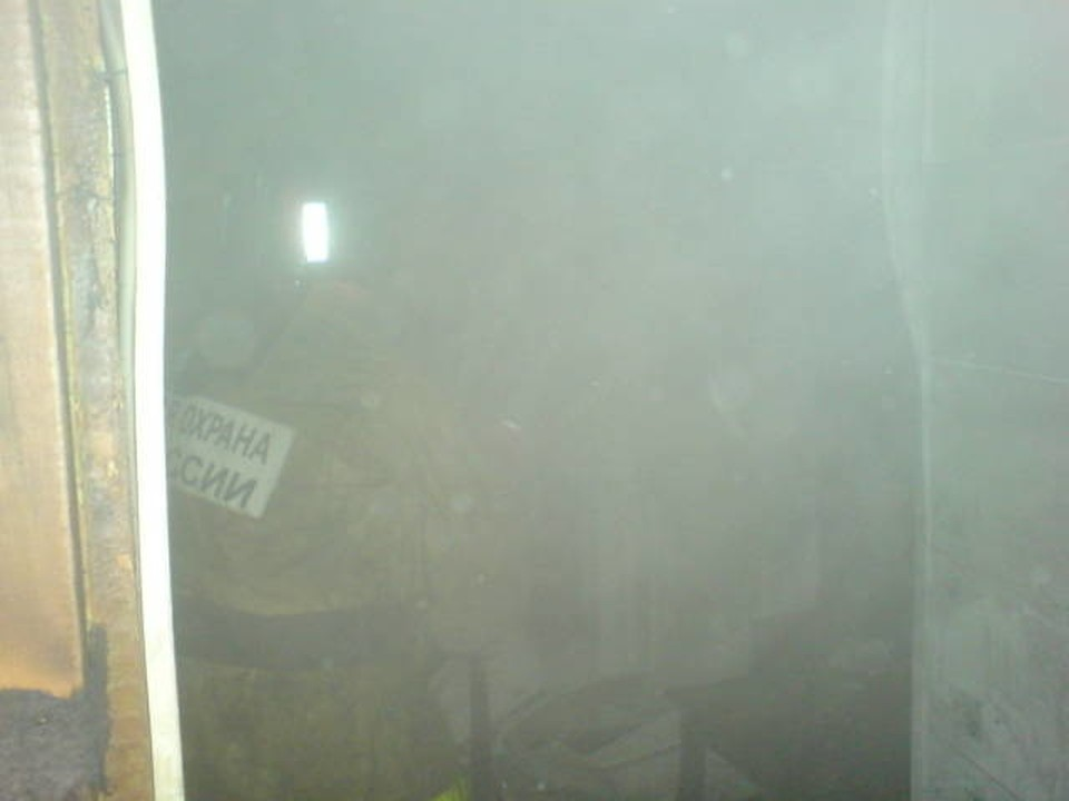 После того, как огонь потушили, в обесточенной квартире были темнота и задымление