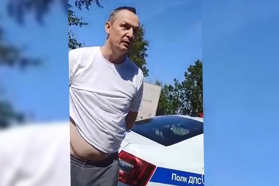 На Алексея Бурнашова надели наручники, но он продолжал оскорблять сотрудников ГИБДД.