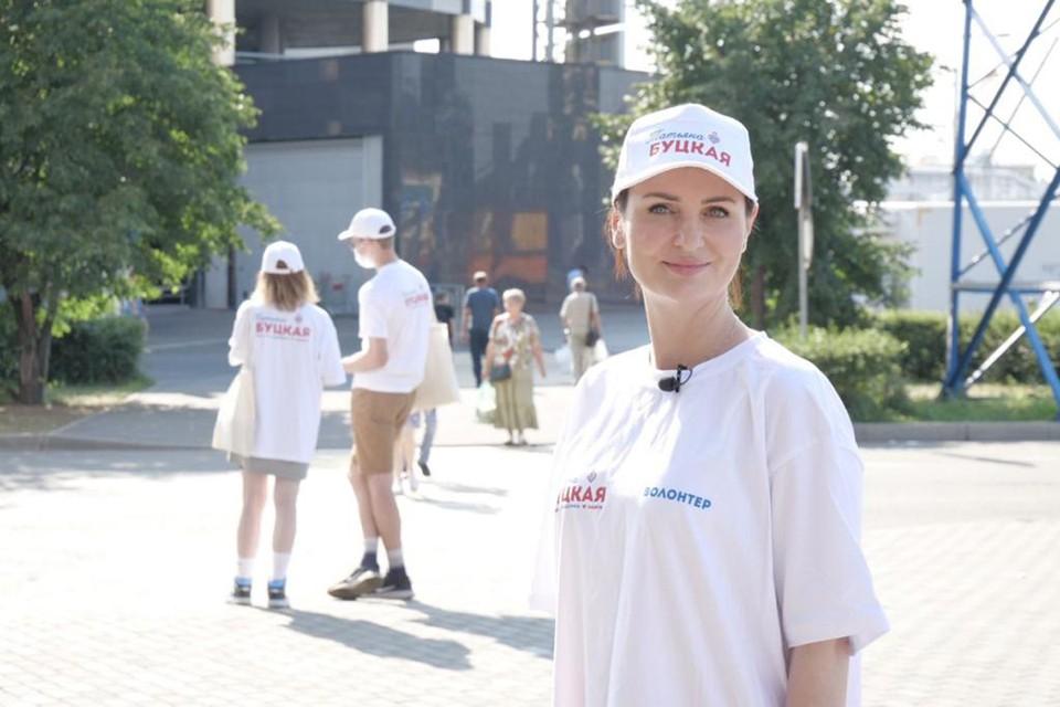 Вместе с волонтерами Татьяна Буцкая вышла на улицы Москвы для сбора подписей в поддержку своей инициативы. Фото: Дмитрий НИГМАТУЛИН.