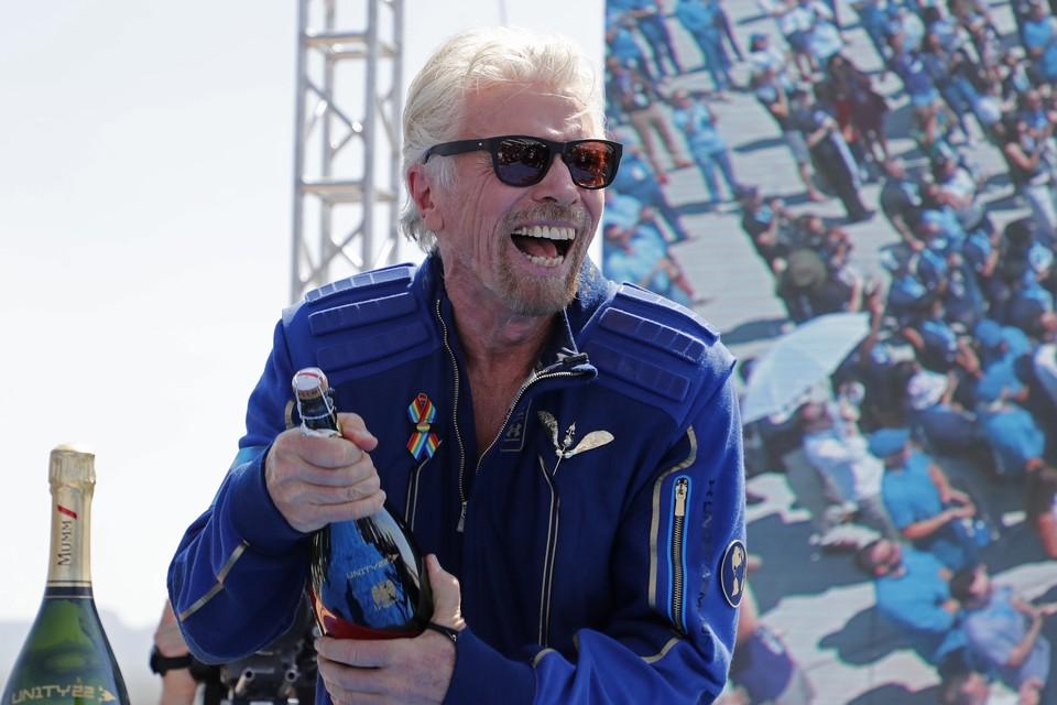 Ричард Брэнсон отметил свой суборбитальный полет, открыв шампанское.