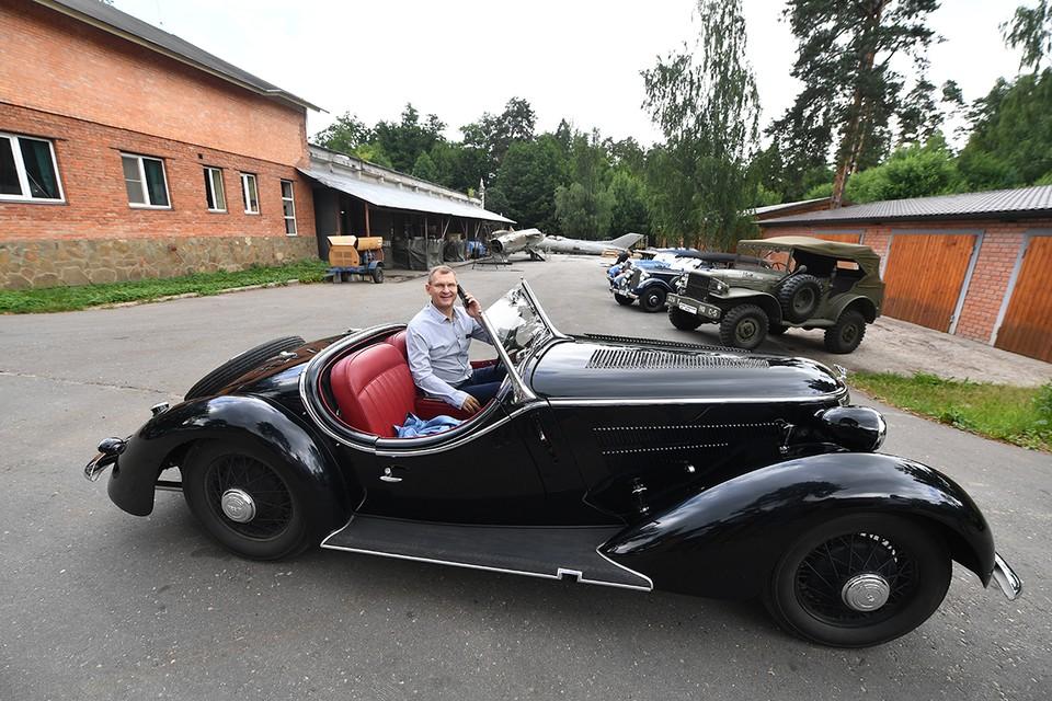 Wanderer 1937 года выпуска - единственный в России. За рулем - гендиректор Военно-технического музея в селе Ивановское Вячеслав Фомичев (Подмосковье).