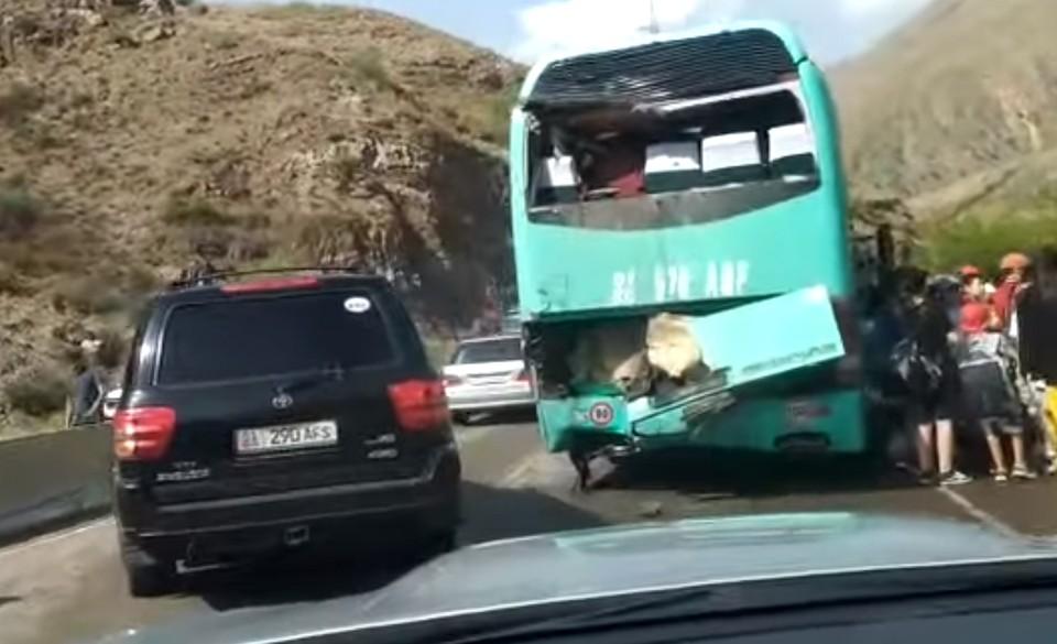 В ДТП пострадали шесть человек.