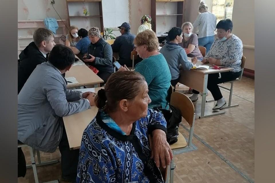 В Джабыке и Запасном люди пишут заявления на материальную помощь. Фото: министерство социальных отношений Челябинской области.