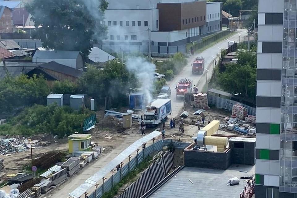 В Новосибирске загорелся грузовик на стройке. Фото: АСТ-54