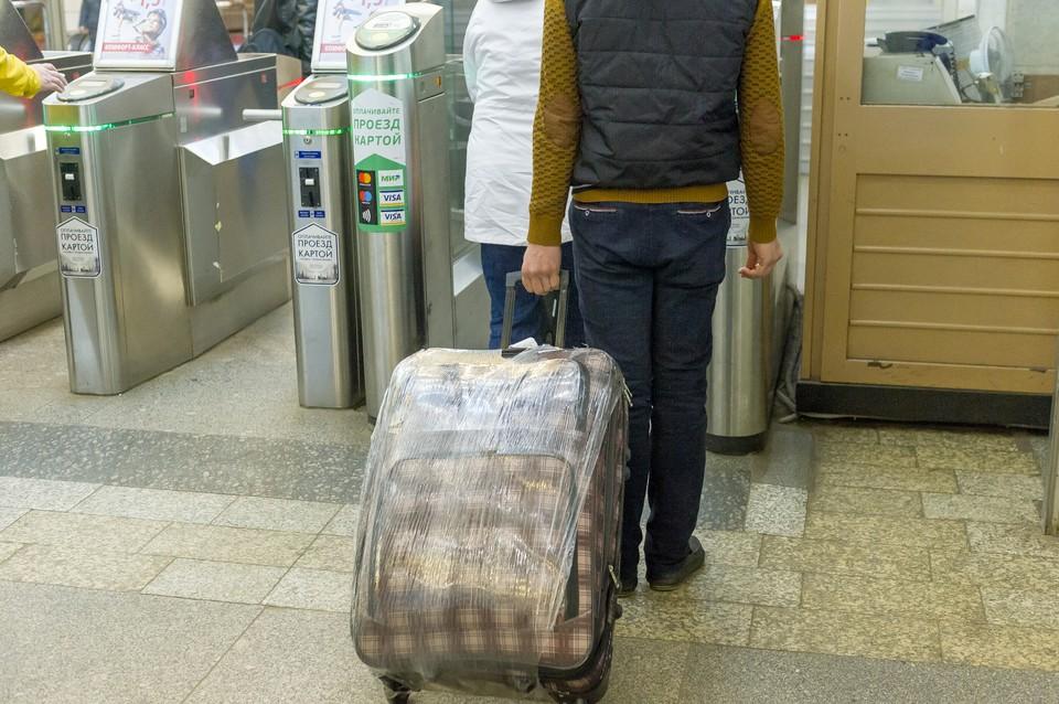"""Вход в метро """"Московская"""" ограничили утром 12 июля."""