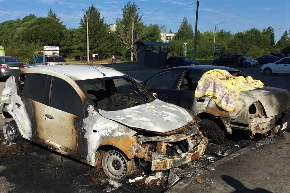 Досталось и другой машине. Фото предоставил хозяин уничтоженного авто для ГородВо