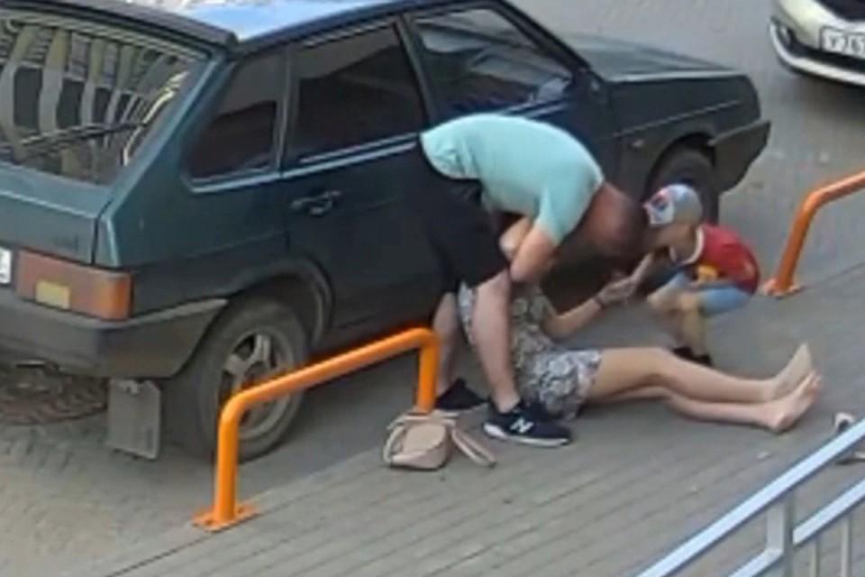 Мужчина сильно и жестоко ударил бывшую сожительницу, после чего удостоверился, что та жива и в сознании, и сбежал. Фото: скрин с видео vk.com/kirov_news
