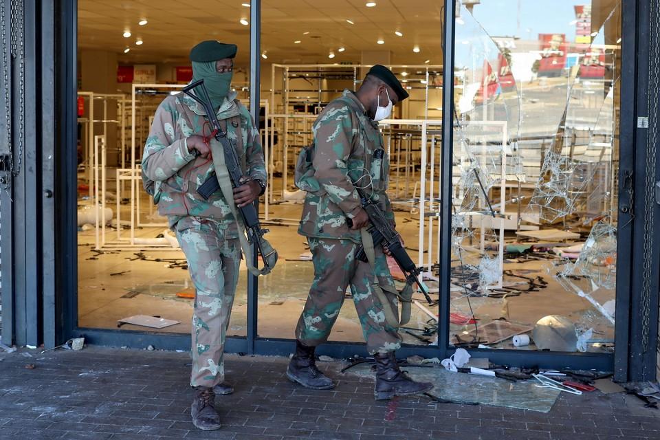 В ЮАР 11 человек погибли в давке при разграблении торгового центра