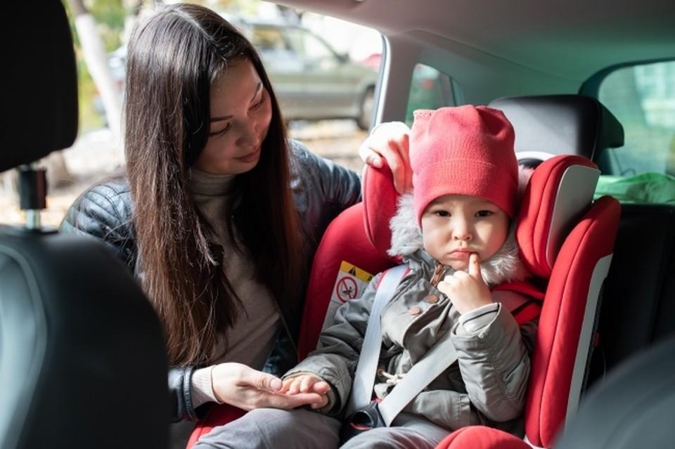 Для маленьких детей обязательны сертифицированные удерживающие устройства.