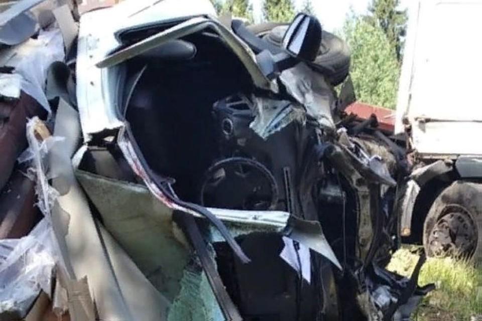 От удара машины сильно деформировались. Фото: МЧС Ярославль