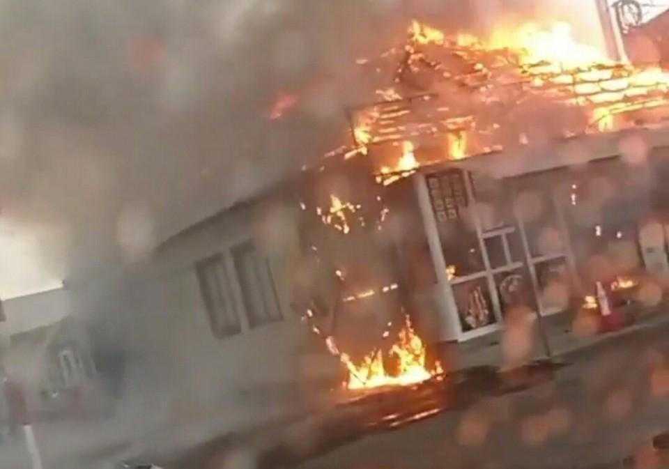 Пожар случился на улице Волгоградской. Фото: скриншот видео («ЧП Омск»)