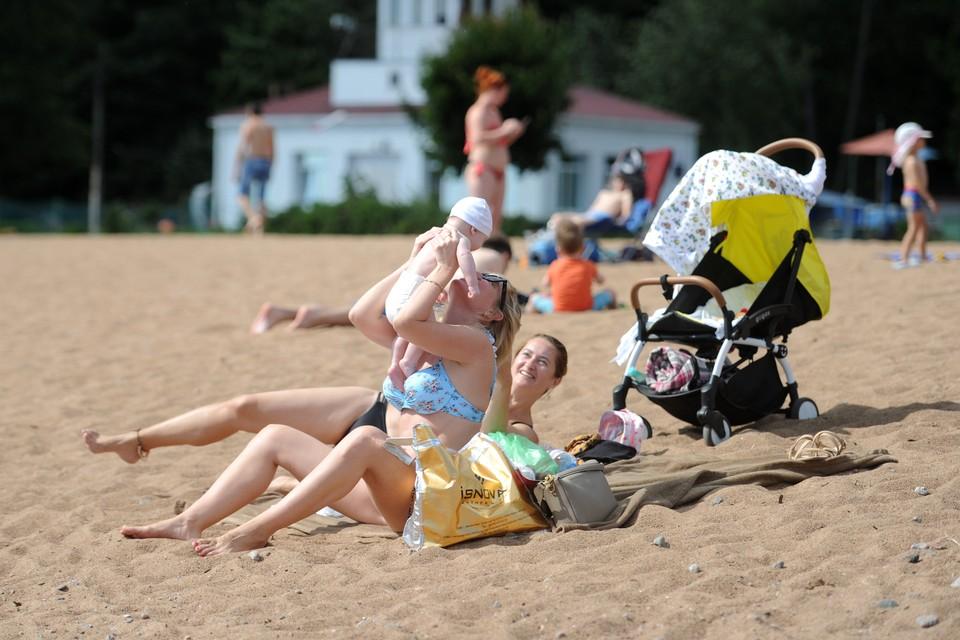 Петербуржцам рассказали, как спасти детей от перегрева в жару