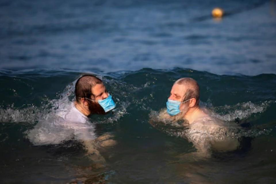 Некоторые даже купаются в море в маске.