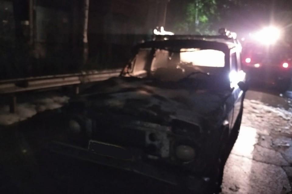 Автомобиль «Нива» сгорел посреди проезжей части в ЕАО. Фото: МЧС ЕАО
