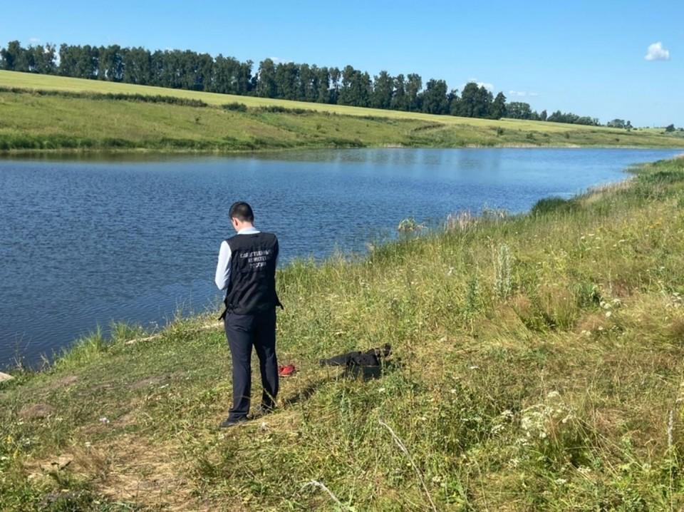 Мальчик пытался переплыть пруд в запрещенном месте