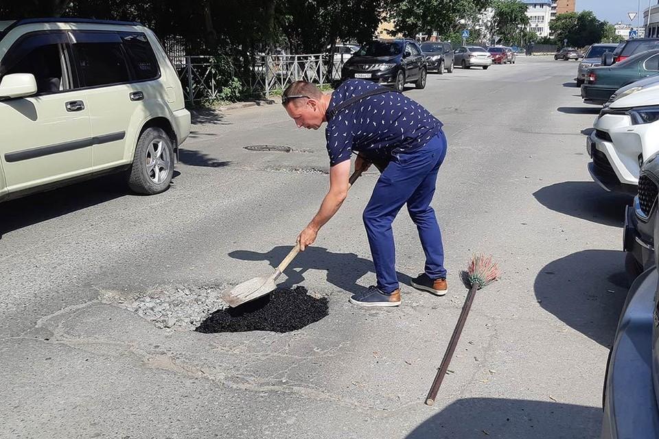 Чтобы подлатать этот участок дороги, Василию Стрекалову понадобилось 2,5 мешка холодного асфальта.