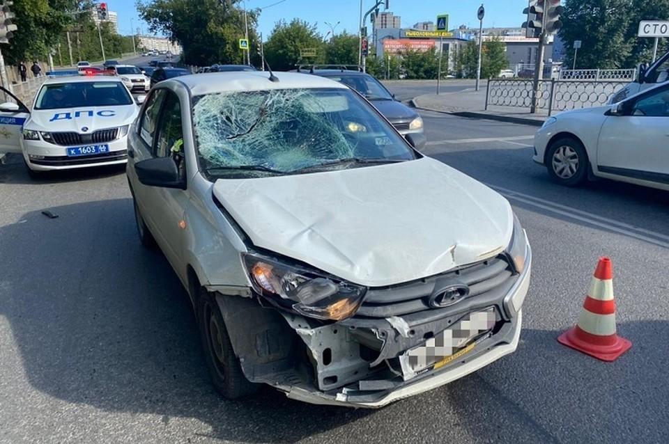 Мужчина сильно ударился головой об лобовое стекло автомобиля Фото: отделение пропаганды ГИБДД по Екатеринбургу