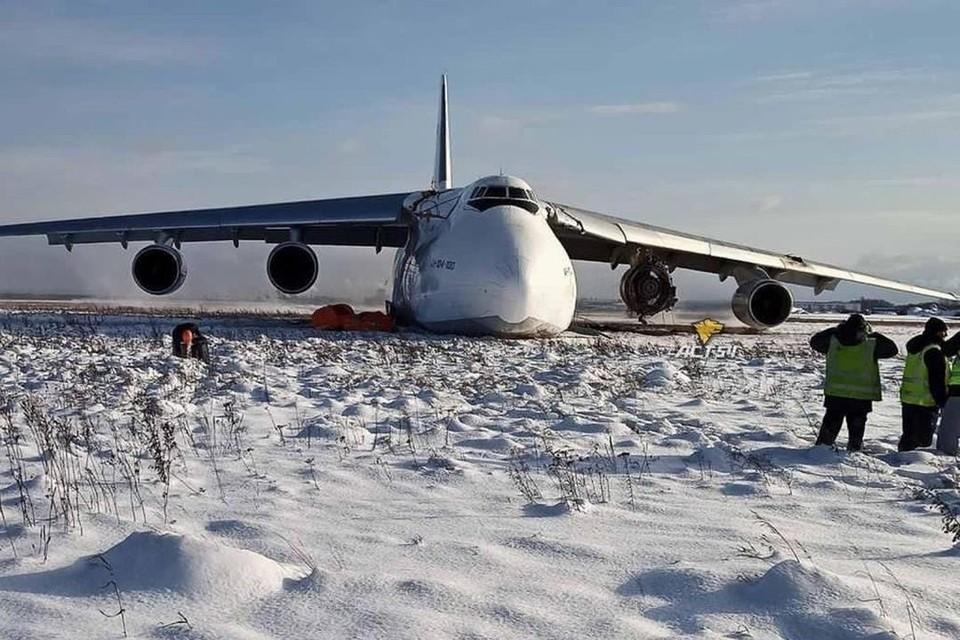 У грузового самолета сразу после взлета сломался двигатель. Фото: АСТ-54