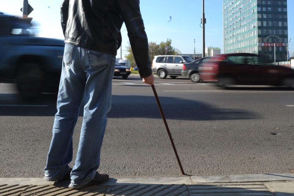 Таксист оставил незрячего пенсионера ждать на остановке. Но водитель конкурентов повез мужчину