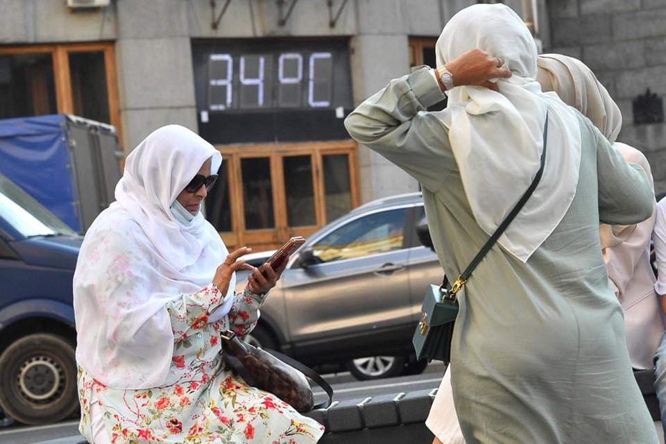 Туристки из тёплых стран встретили в Москве привычную погоду.