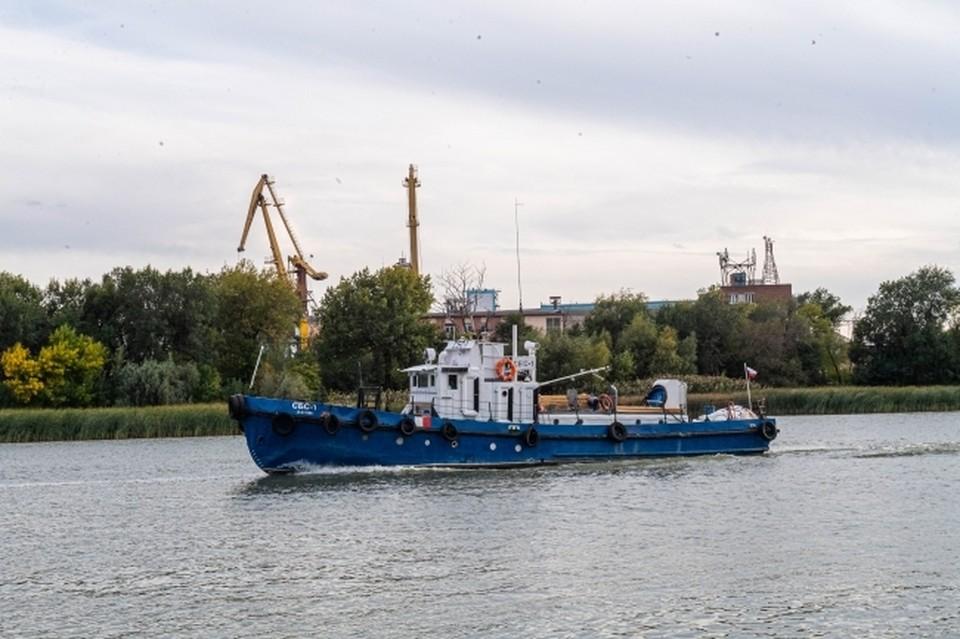 Моряки ждут буксир, который снимет сухогруз с мели
