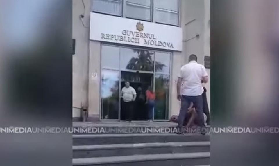 Мужчина даже не пытался скрыться или оказать сопротивление (Фото: скрин с видео).