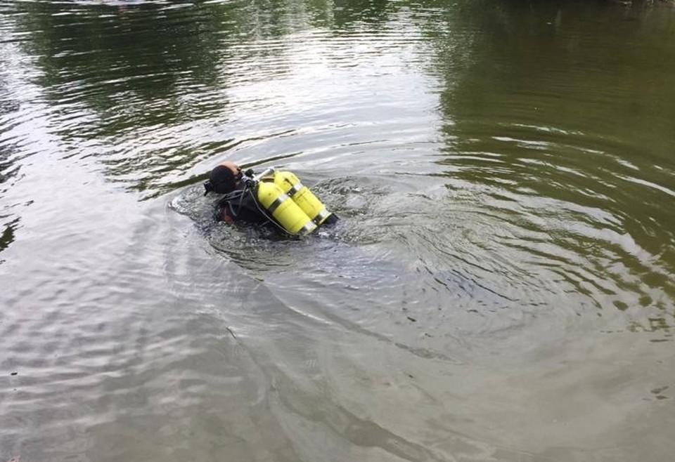 На место происшествия выехали спасатели и водолазы