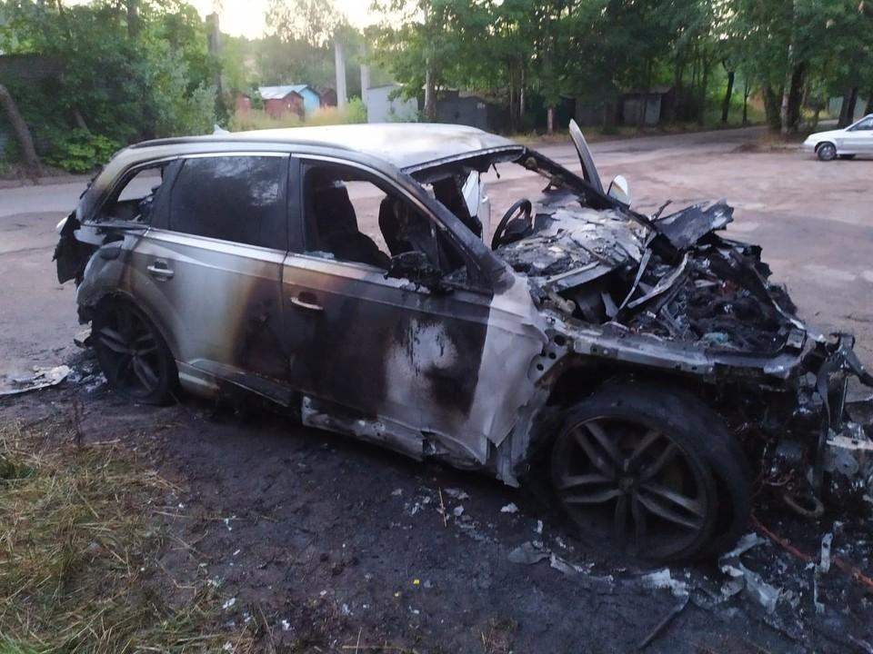 В Ярцеве сгорел припаркованный у гостиницы Audi Q7. Фото: ГУ МЧС России по Смоленской области.