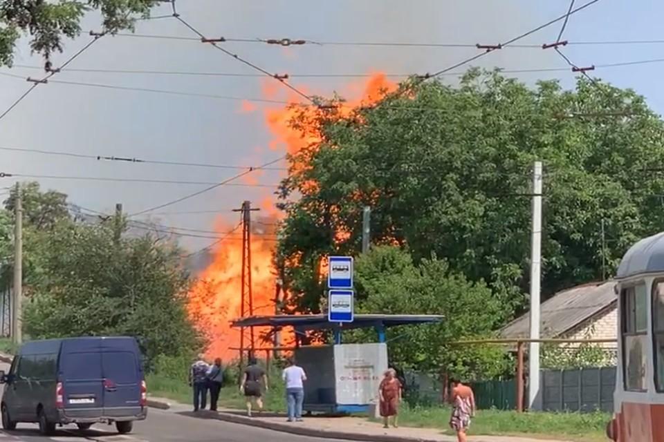 Пламя достигало нескольких метров, а в эпицентре взрыва образовалась воронка. Фото: Скрин из видео Юлии Донецкой
