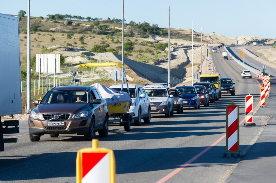 Пробки в сторону Черного моря 2021: трасса Джубга-Сочи горит красным, водители объявили войну любителям ездить по обочине