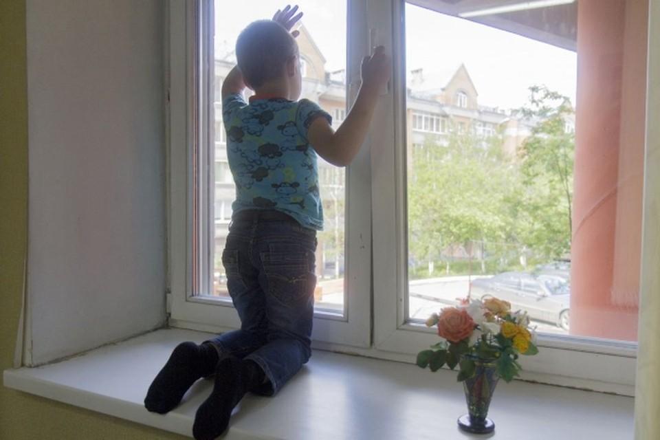Мальчик выпал из окна четвертого этажа.