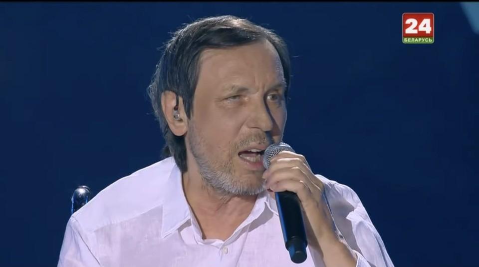 """65-летний певец до сих пор проходит реабилитацию после инсульта, но от выступлений не отказывается. Фото: стоп-кадр телеканала """"Беларусь 24""""."""