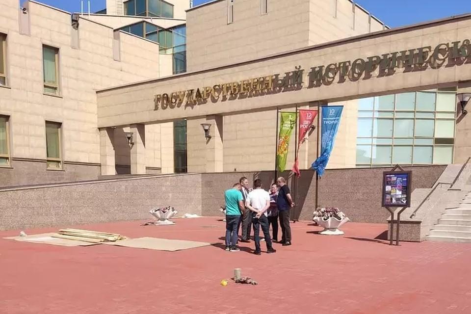 В конце июня монтаж памятника отложили на неопределенный срок из-за того, что у рабочих не было разрешительных документов. Фото: Юрий Латышев