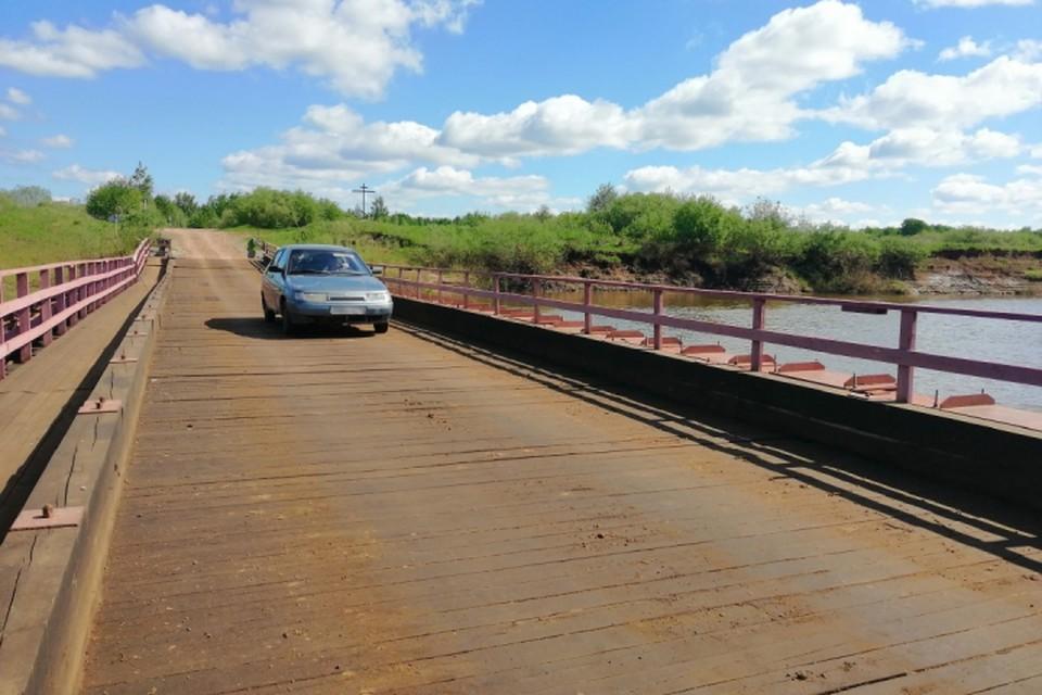 С 20 июля и до поднятия уровня воды в Чепце транспорт не сможет проехать по наплавному мосту. Фото: vk.com/mo_kirovochepetsk